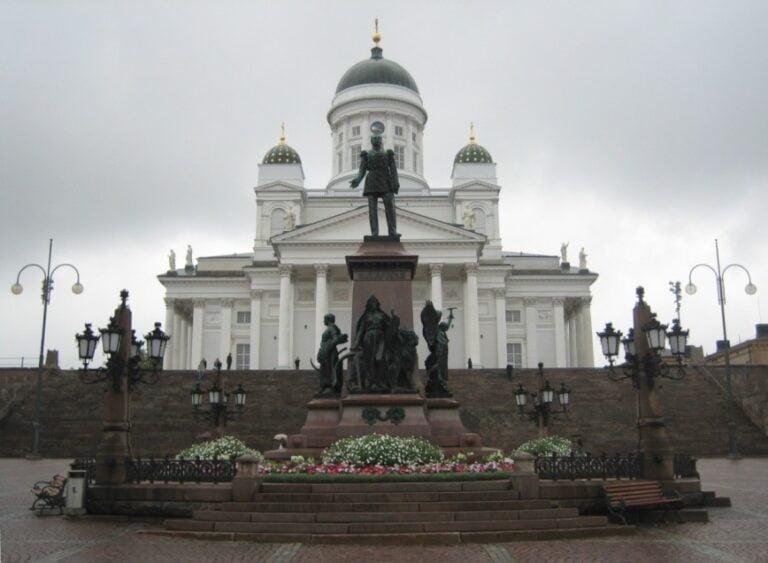 An extraordinary weekend in Helsinki - Senate Square - Alexander II Statue by Pollo