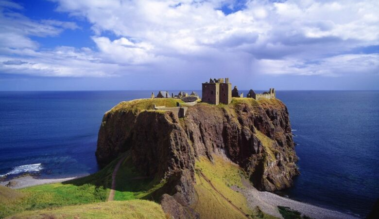 Scotland and Scottish Highlands: a 4-day road trip itinerary - Dunnotar Castle by miquitos